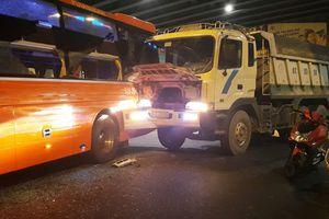 Xe giường nằm Phương Trang bị xe ben 'húc' tại ngã tư Hàng Xanh, hành khách khóc thét kêu cứu