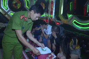 Cận cảnh công an bắt hàng chục đối tượng phê ma túy trong quán karaoke