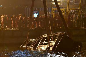 Xe buýt lao xuống sông Trường Giang vì hành khách đánh tài xế