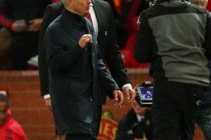 TIẾT LỘ: HLV Mourinho thoát án phạt từ FA nhờ... đội trưởng Liverpool