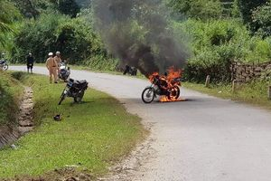 Bị dừng xe kiểm tra, người đàn ông đốt xe cháy rừng rực trước mặt CSGT
