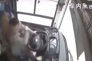 Hành khách và tài xế đánh nhau khiến xe buýt lao xuống sông, 13 người chết