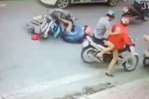 Công an xác minh vụ một phụ nữ bị đạp ngã vào đầu xe taxi