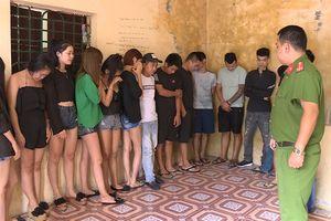 Hàng chục 'nam thanh, nữ tú' rủ nhau sử dụng ma túy trong quán karaoke