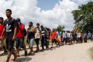 Ông Trump dọa bắn người di cư ném đá lính Mỹ
