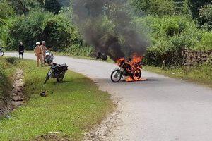 Châm lửa đốt xe giữa đường vì bị CSGT dừng xe kiểm tra