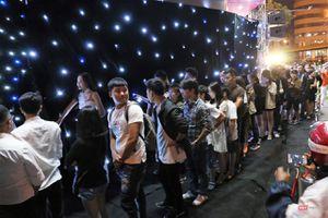 Hàng dài người xếp hàng lúc nửa đêm để mua iPhone XS và XR chính hãng