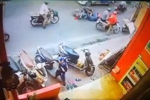Phẫn nộ thanh niên đạp phụ nữ đi xe máy ngã vào đầu taxi