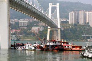 Trung Quốc: Nữ hành khách tấn công tài xế khiến xe buýt lao xuống sông