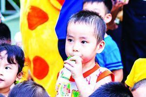 Sữa học đường: Con trẻ uống, người lớn tranh cãi
