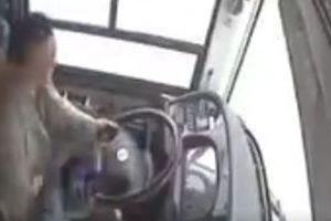 Không được xuống đúng điểm dừng, khách đánh tài xế gây tai nạn thảm khốc