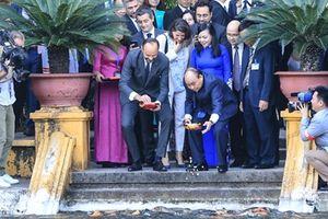 Thủ tướng Pháp thăm Nhà sàn Bác Hồ, cho cá ăn trong khu di tích