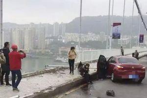 Trung Quốc: Tài xế và hành khách đánh nhau làm xe buýt lao xuống sông