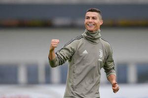 Ronaldo tươi rói trên sân tập, sẵn sàng 'phá lưới' Cagliari