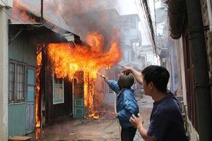 Bố nướng mực cháy nhà khiến con 2 tuổi tử vong, 3 người khác nhập viện