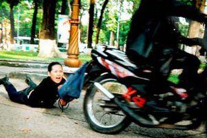 TP.HCM: Thanh niên dùng roi điện đánh vào đầu cô gái, cướp túi xách rồi tẩu thoát
