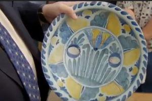 Đem chiếc đĩa sứt mẻ đi định giá, người phụ nữ phát hiện mình sở hữu 'món hời' bấy lâu
