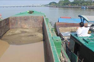 Bắt vụ bơm hút cát trái phép trên sông Đồng Nai