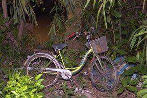 Bé gái 7 tuổi rơi sông mất tích trên đường đi học về