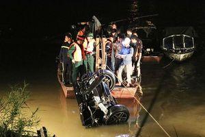 Hà Nội: Tìm thấy và trục vớt chiếc xe ô tô 5 chỗ húc văng lan can cầu Chương Dương