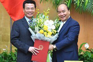 Trao quyết định của Chủ tịch nước bổ nhiệm ông Nguyễn Mạnh Hùng