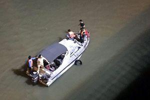 Ô tô đâm vào lan can cầu Chương Dương rơi xuống sông Hồng