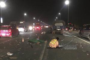 Xe máy va chạm ôtô tải trên cầu Nhật Tân, thanh niên tử vong tại chỗ