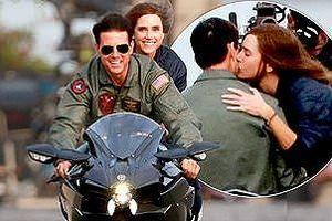 Tom Cruise hôn người đẹp, tái hiện cảnh cưỡi mô tô kinh điển