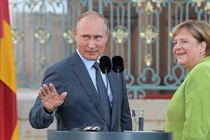 Truyền thông Ukraine chỉ trích Thủ tướng Merkel vì…mỉm cười với ông Putin