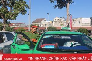 Niêm yết 'đường dây nóng' của Công an TP Hà Tĩnh trên xe taxi