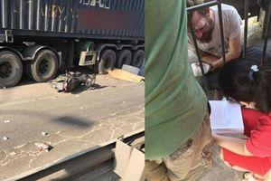 Tông đuôi taxi té ra đường Hà Nội, giáo viên gốc Nam Phi bị container cán chết