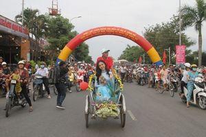 Diễu hành với xích lô, xe lôi, xe đạp trong ngày thành lập TP.Hà Tiên
