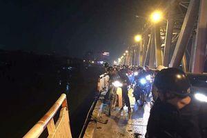 Hà Nội: Ô tô húc bay lan can cầu Chương Dương, lao xuống sông Hồng