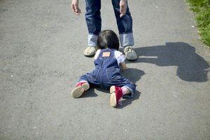 Cha mẹ cần làm gì khi con bị té ngã