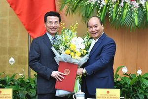 Thủ tướng trao quyết định của Chủ tịch nước bổ nhiệm ông Nguyễn Mạnh Hùng