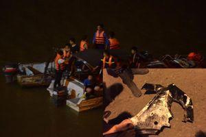 Nóng: Tìm thấy thấy mảnh vỡ của xe ô tô tông đổ lan can cầu Chương Dương lao xuống sông Hồng