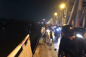 Hà Nội: Xe ô tô mất lái, đâm bay dải phân cách cầu Chương Dương, lao xuống sông