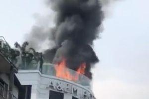 Đang cháy lớn khách sạn ở trung tâm Sài Gòn, hàng chục khách nước ngoài hoảng loạn tháo chạy