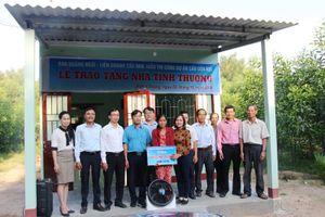 Báo Quảng Ngãi trao nhà tình thương cho hộ nghèo xã Nghĩa Thắng