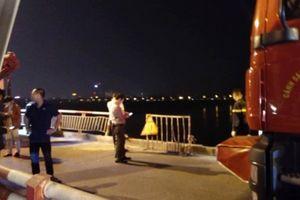 Nóng: Đang tìm kiếm ô tô đâm lan can cầu Chương Dương, rơi sông