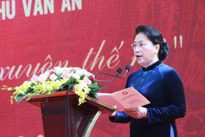Chủ tịch Quốc hội Nguyễn Thị Kim Ngân trao tặng Huân chương cho ngôi trường xuyên thế kỉ