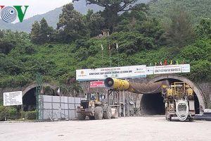 Đặt thiết bị giám sát trực tuyến vết nứt hầm Hải Vân