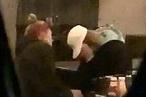 Justin Bieber lại ôm mặt khóc trước mặt hôn thê giữa chốn đông người