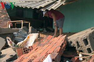 Triều cường uy hiếp hàng chục ngôi nhà nằm sát mép sóng ở Tuy Hòa