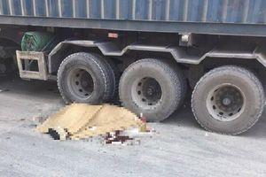 Ngã xuống đường sau va chạm xe Innova, thanh niên nước ngoài bị xe container cán chết