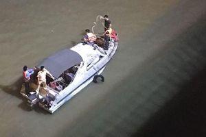 Thông tin mới nhất vụ chiếc xe Mercedes - GLC 300 lao xuống sông Hồng