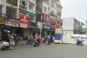 Hàng trăm phương tiện cố tình đi ngược chiều trên phố Cát Linh