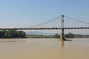 Tìm thấy thi thể nữ sinh nhảy sông tự tử khi đi học về
