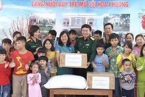 Báo Quân đội nhân dân thăm, tặng quà tại Làng nuôi dạy trẻ mồ côi Hoa Phượng