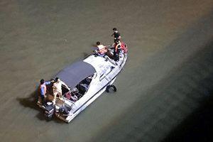 Xem lại cuộc tìm kiếm xe ô tô lao qua cầu Chương Dương